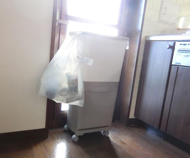 キッチンのゴミ箱置き場とゴミ箱
