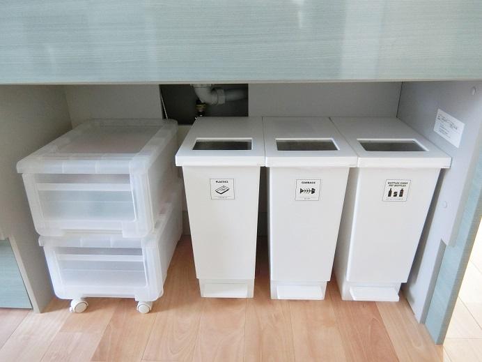 シンク下にゴミ箱と収納ボックスを設置